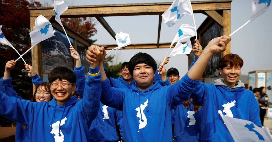 27.abril.2018 - Pessoas balançam a bandeira da unificação coreana em Paju, na Coreia do Sul, após primeira visita de líder da Coreia do Norte ao país - um passo importante na reaproximação das duas nações