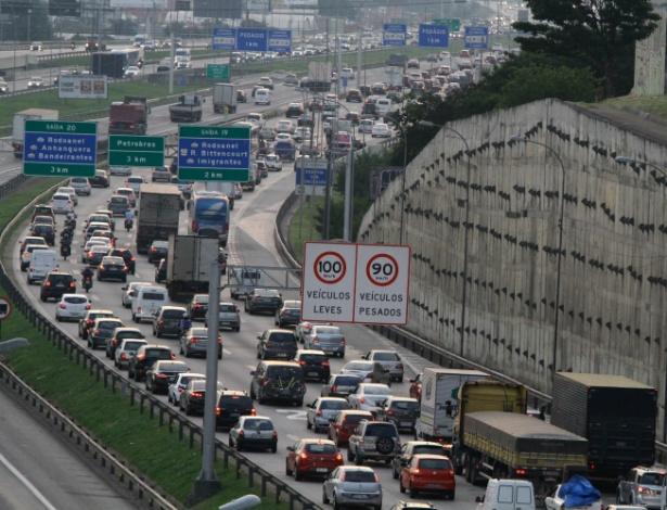 27.abr.2018 - Trânsito intenso na Rodovia Castelo Branco, sentido interior, próximo ao pedágio de Osasco, na grande São Paulo - FÁBIO VIEIRA/FOTORUA/ESTADÃO CONTEÚDO