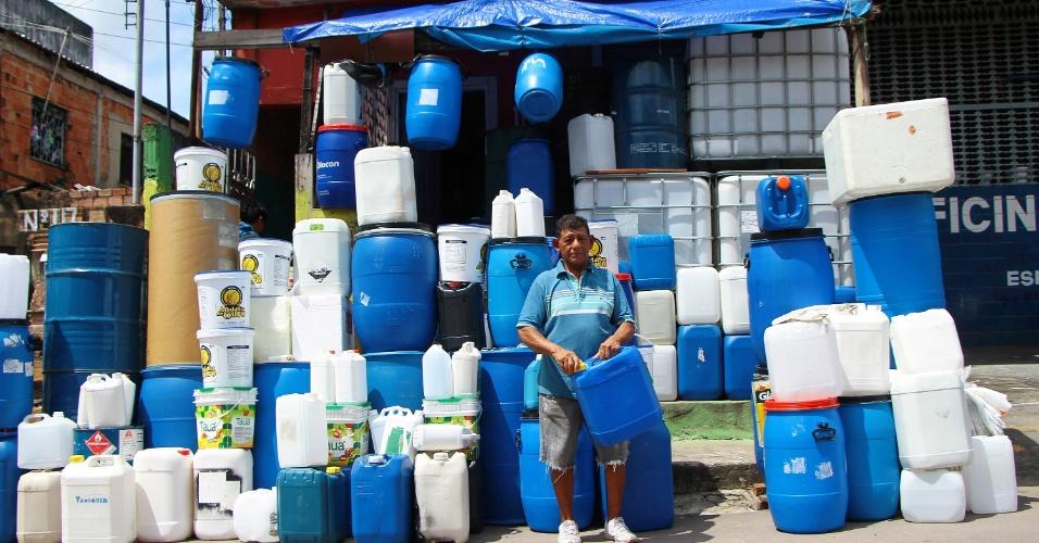 Em Manaus (AM), o vendedor Josemar Correia Gomes de 60 anos, é visto na frente de sua casa vendendo baldes e galões bombonas. Segundo ele, as vendas cresceram cerca de 500% nos últimos dois dias