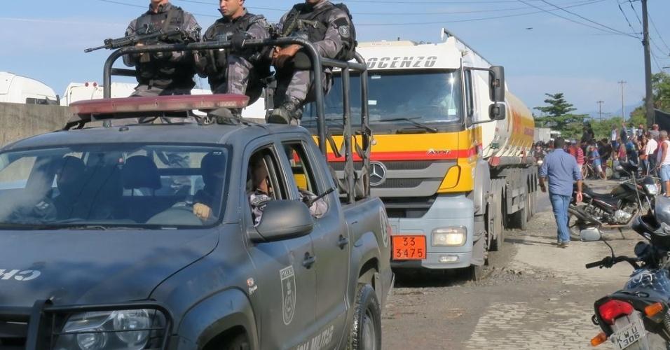 26.mai.2018 - Greve dos caminhoneiros: PM escolta caminhões-tanque de distribuidora para ônibus BRT no Rio
