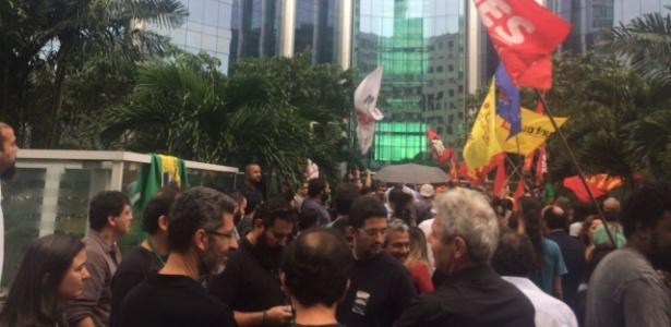 30.mai.2018 - Greve dos caminhoneiros: Petroleiros fazem manifestação na porta da sede da Petrobras, no Rio