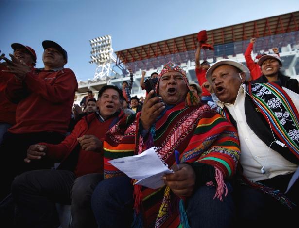 Luis Soto narra um gol em quéchua para Cienciano durante um jogo em Cusco, Peru - Angela Ponce/The New York Times