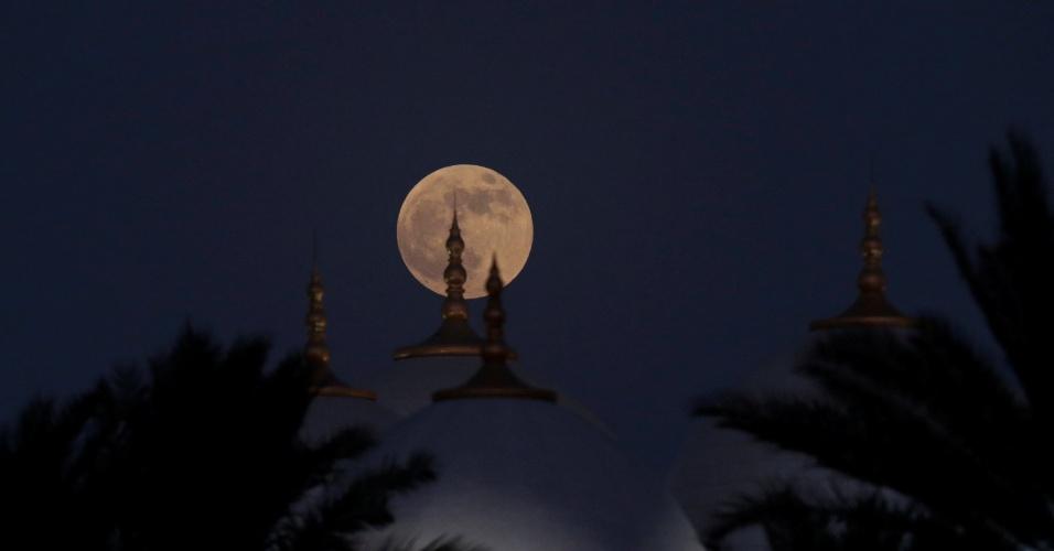27.jul.18 - A lua de sangue nasce atrás da mesquita Sheikh Zayed, em Abu Dhabi, Emirados Árabes Unidos