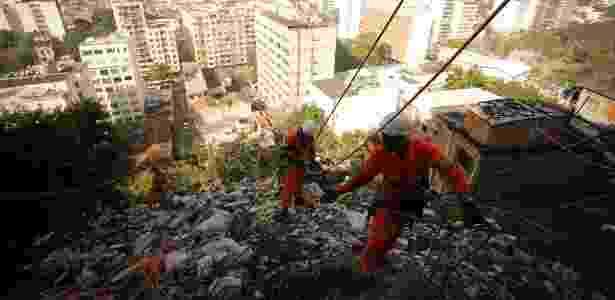 Grupo especial de garis faz limpeza no Morro dos Macacos, no Rio de Janeiro - Pablo Jacob / Agência O Globo