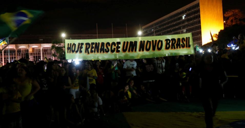 28.out.2018 Apoiadores de Bolsonaro comemoram resultado nas urnas em Brasília