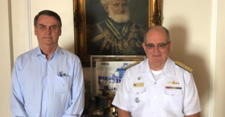 16.nov.2018 - O presidente eleito, Jair Bolsonaro (PSL), visitou na manhã desta sexta-feira (16) o comandante da Marinha, o almirante Eduardo Leal Ferreira, no 1º Distrito Naval, no centro do Rio de Janeiro. Os dois tomaram café da manhã e visitaram as instalações