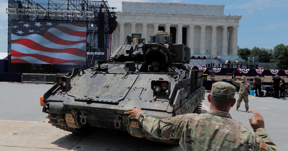 3.jul.2019 - Tanque em frente ao Lincoln Memorial, em Washington, a postos para as comemorações de 4 de julho