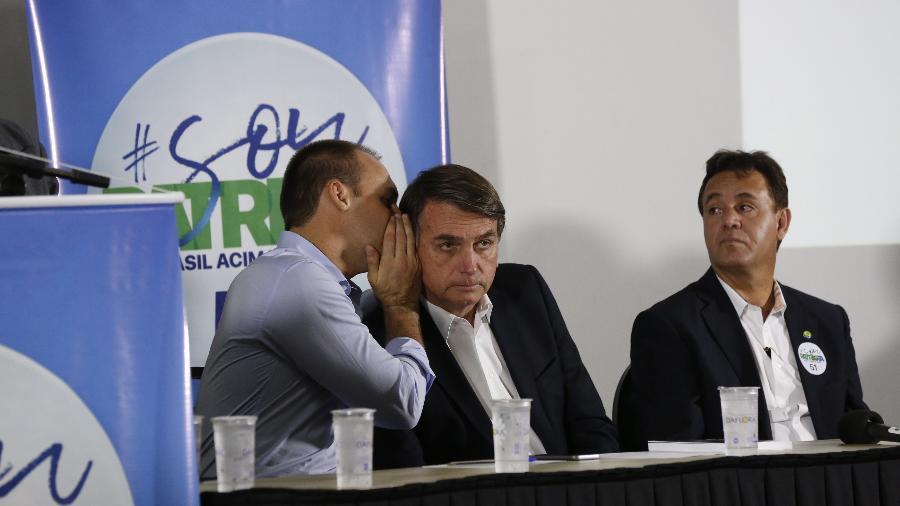 17.ago.2017 - Adilson Barroso (à direita), presidente do Patriota, acompanha Eduardo e Jair Bolsonaro em palestra realizada em Ribeirão Preto (SP) - Joel Silva/Folhapress