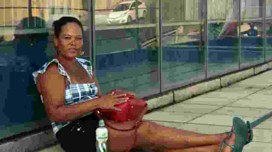 Após o óleo invadir as praias de Salvador, a pescadora Fabiana França não consegue mais vender os mariscos que pesca - BBC