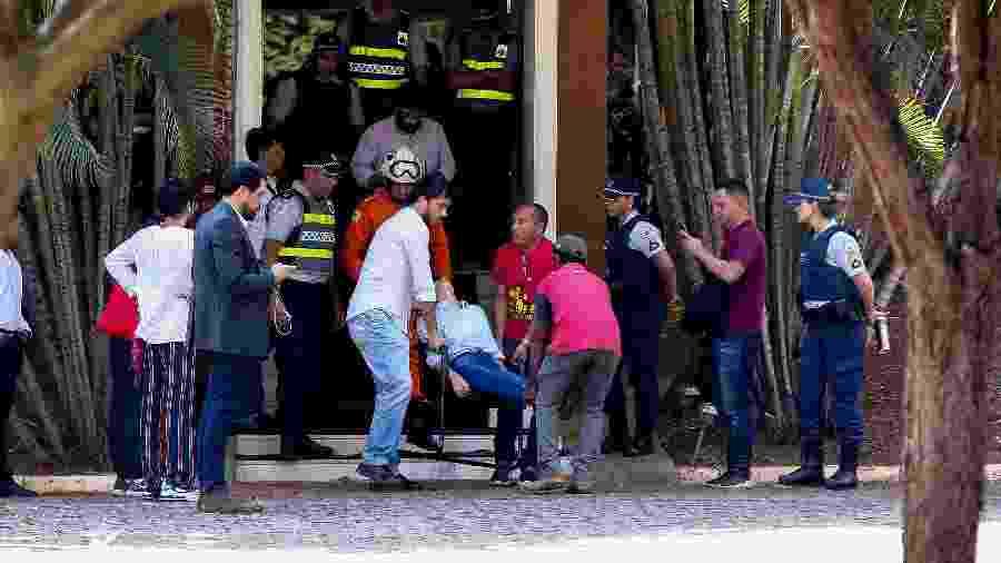 Mulher passa mal e é retirada de ambulância de embaixada venezuelana - Pedro Ladeira/Folhapress