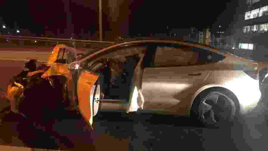 Tesla Model 3 destruído após colisão com dois outros veículos enquanto dirigia no piloto automático. - Divulgação/Polícia de Connecticut