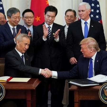 O vice-primeiro-ministro chinês Liu He aperta a mão do presidente dos EUA Donald Trump - KEVIN LAMARQUE