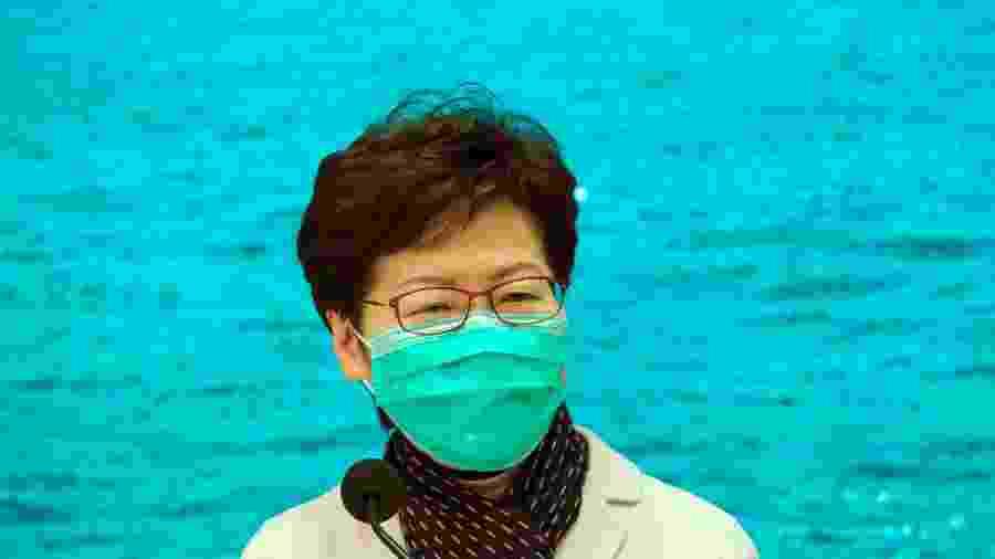 A chefe do Executivo de Hong Kong Carrie Lam usa máscara diante de surto de coronavírus em coletiva de imprensa - Tyrone Siu/Reuters
