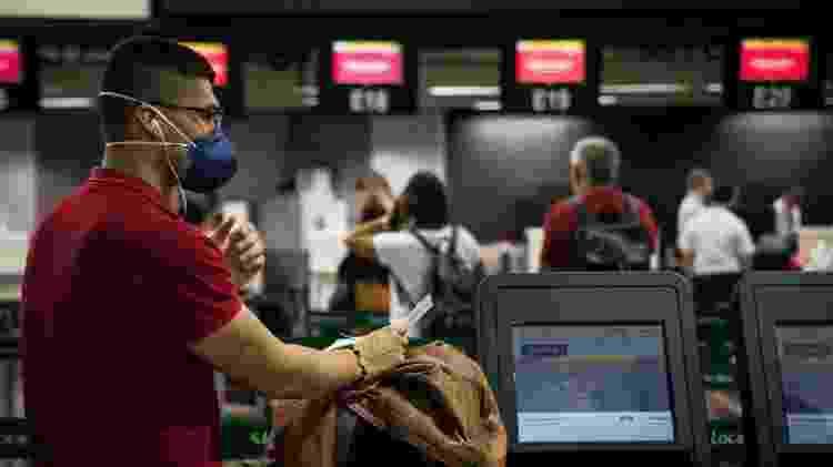 Passageiros e funcionários usam máscaras de proteção no Aeroporto Internacional de São Paulo, em Guarulhos, após primeiro caso do coronavírus no Brasil - Zanone Fraissat/Folhapress