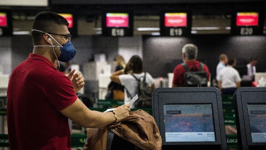 Passageiros e funcionários usam máscaras de proteção no Aeroporto Internacional de São Paulo, em Guarulhos - Zanone Fraissat/Folhapress