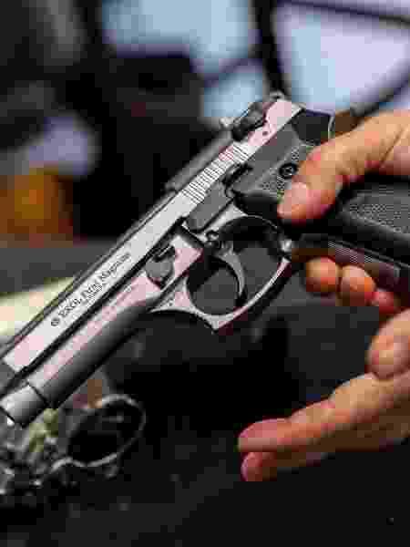 Comerciante mostra pistola  -