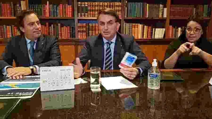 O presidente Jair Bolsonaro durante live ao lado do presidente da Caixa, Pedro Guimarães - Reprodução/Facebook