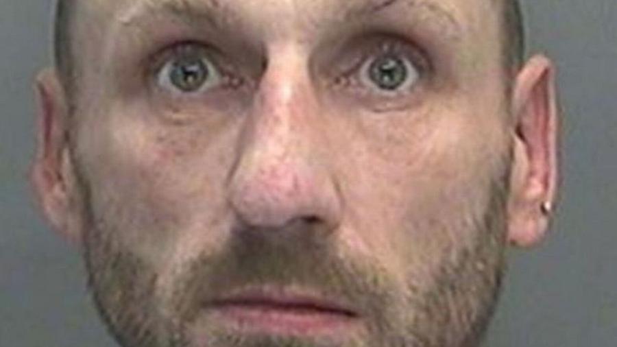 Lee Williams, de 44 anos, acendeu um cigarro enquanto vestia máscara de oxigênio e a atitude resultou em incêndio em um hospital no País de Gales - Reprodução/South Wales Police