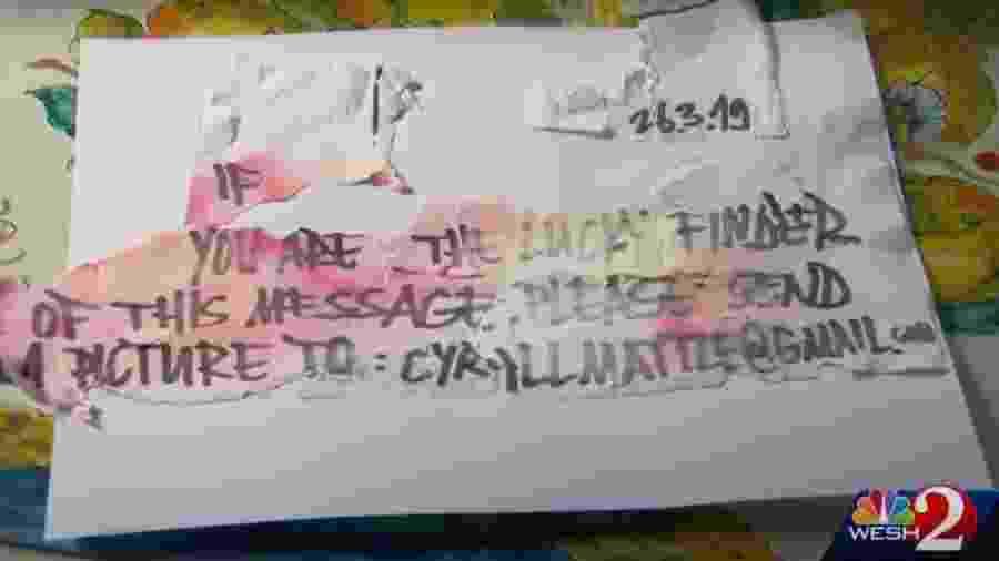 """Mensagem na garrafa que diz """"você é o encontrador sortudo dessa mensagem. Por favor, envie uma imagem para cyrillmattle@gmail.com"""" - Reprodução/WESH 2 News"""