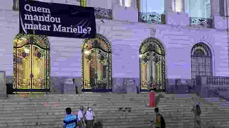 12.mar.2021 - Faixa questiona quem mandou matar Marielle na Câmara do Rio - Herculano Barreto Filho/UOL - Herculano Barreto Filho/UOL