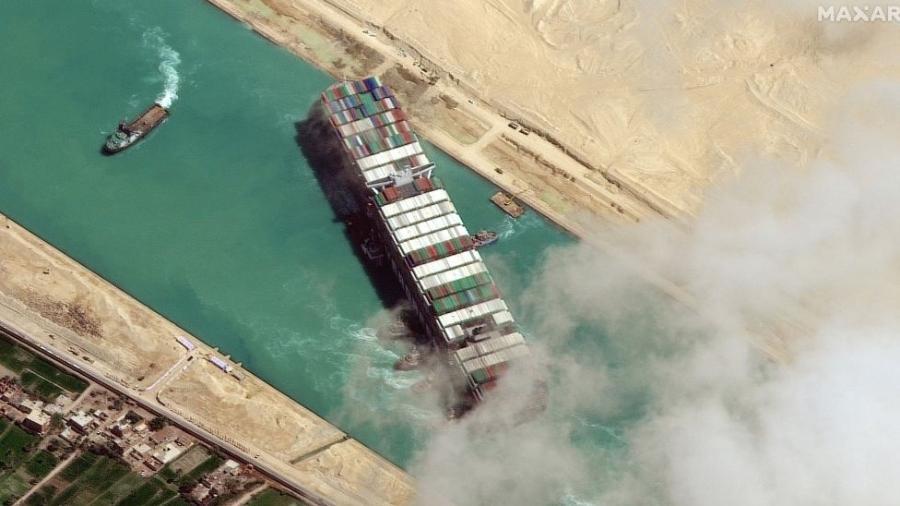 O cargueiro de 400 metros Ever Given ficou preso diagonalmente no Canal de Suez em 23 de março por quase uma semana, causando o bloqueio de uma das principais rotas marítimas comerciais do mundo - Getty Images