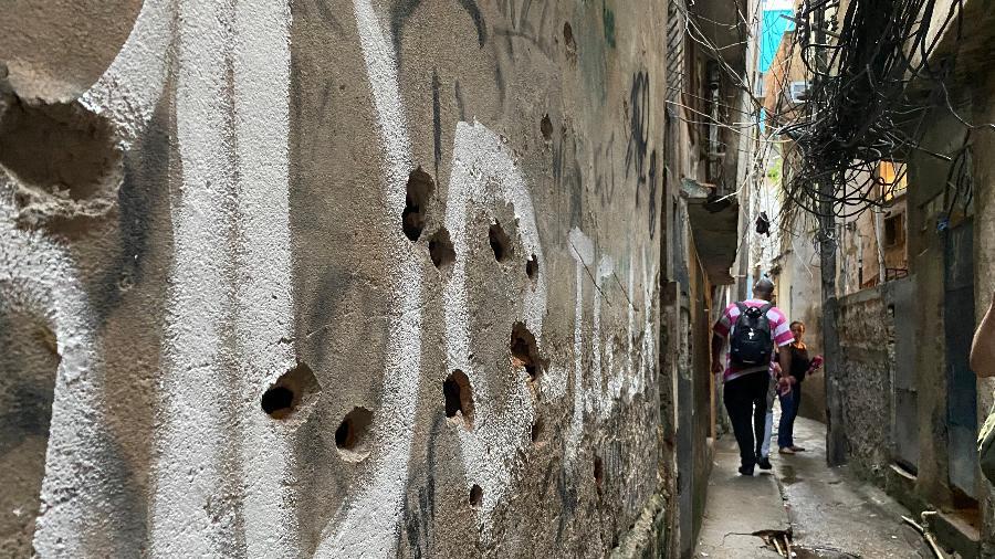 7.mai.2021 - Após operação policial que deixou ao menos 28 mortes, marcas de tiros permanecem nas paredes dos becos da favela do Jacarezinho, na zona norte do Rio - Herculano Barreto Filho/UOL