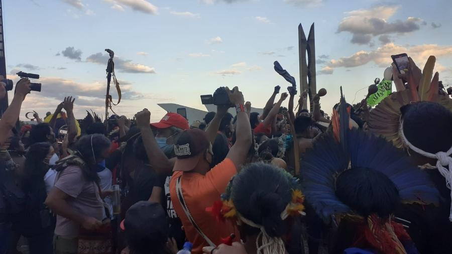 """Indígenas celebram parecer do PGR favorável a eles durante sessão no STF sobre o marco temporal - Ana d""""Angelo/UOL"""