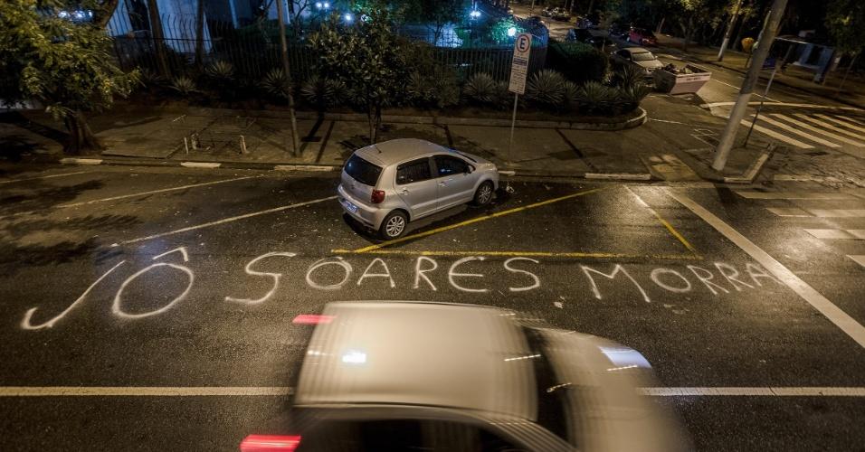 19.jun.2015 - Rua em frente ao prédio onde mora o apresentador Jô Soares, no bairro paulistano de Higienópolis, é pichada com a frase