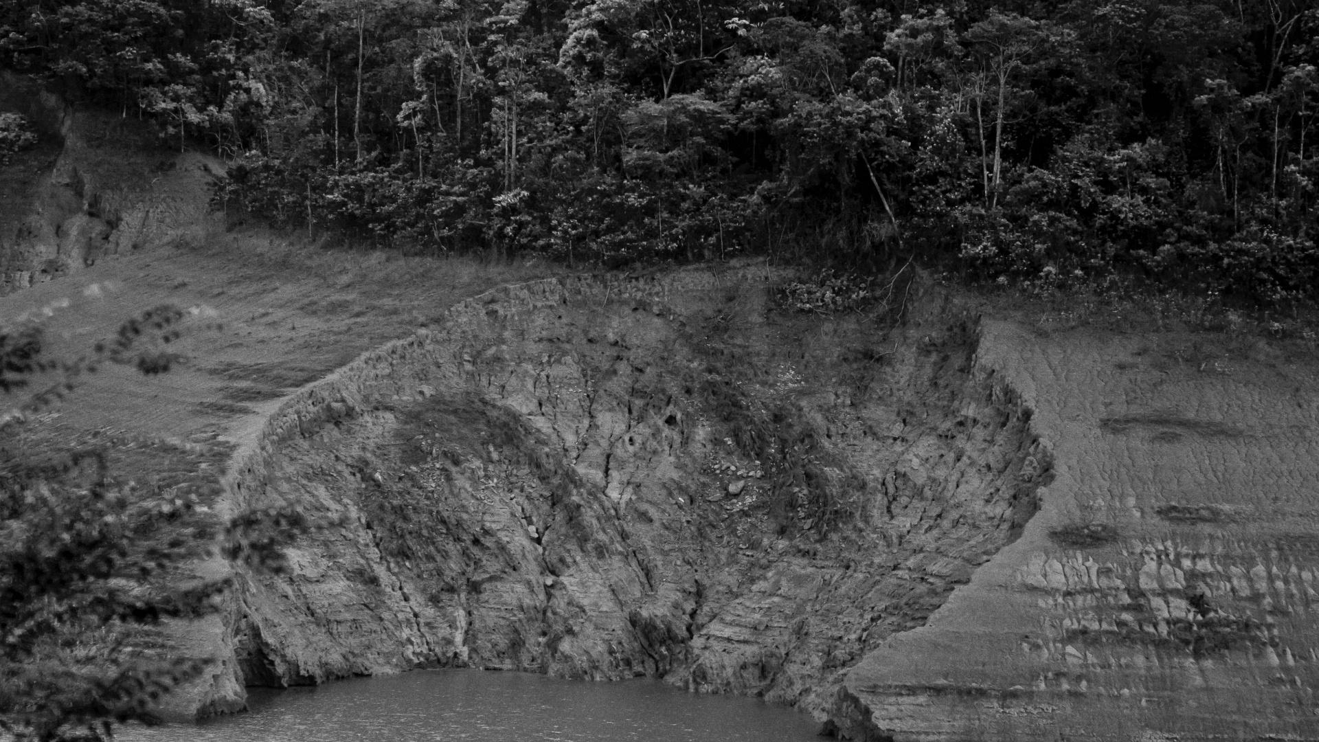 4.ago.2015 - PARAIBUNA - Para evitar o risco de desabastecimento de água e para que o reservatório do Paraibuna volte ao volume morto, a vazão da barragem da Usina Santa Cecília, em Barra do Piraí (cidade no Vale do Paraíba), baixou para 110 m³/s. Segundo a secretária do Comitê de Integração da Bacia do Paraíba do Sul (Ceivap), Aparecida Vargas, a meta é chegar a essa vazão até outubro. Antes da crise, o volume liberado pela barragem era de 190 m³/s. Hoje, é de 135 m³/s