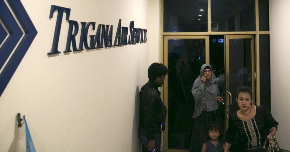 16.ago.2015 - Parentes de passageiros entram no escritório da companhia aérea Trigana Air em Jacarta, na Indonésia. Uma aeronave com 54 passageiros a bordo colidiu contra uma montanha em Bintange, no distrito de Oksibil, na província oriental indonésia de Papua, informou o ministro dos Transportes Aéreos, Suprasetyo