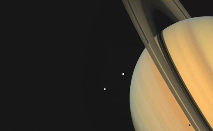 27.ago.2015 - Os famosos anéis de Saturno são observados pelos astrônomos desde o século 17, mas foi só na década de 1980, através dos dados coletados pela Voyager 1 e 2, que os cientistas descobriram que eles são compostos basicamente de gelo. Esta imagem foi feita pela Voyager 1 em 1980. Nela, além dos anéis se pode ver as luas Tetis e Dione