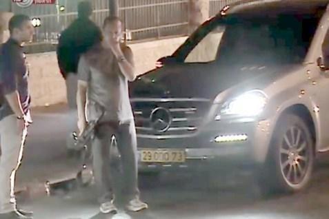 7.out.2015 - O prefeito de Jerusalém, Nir Barkat, foi fotografado carregando um fuzil durante visita a um bairro árabe em Jerusalém. Ele estava acompanhado pelas forças de segurança de Israel. O gabinete do prefeito diz que ele é um