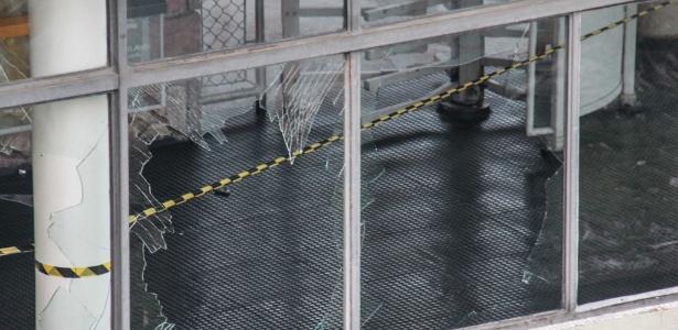 Vidros quebrados na estação Pirituba da CPTM; vândalos depredaram a estação por conta de falhas elétricas na linha