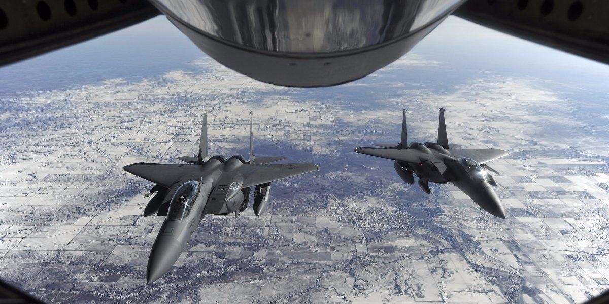 13.jan.2016 - A Força Aérea dos Estados Unidos e seus aliados tiveram muito trabalho com combates contra o Estado Islâmico na Síria e no Iraque em 2015. O site Business Insider selecionou as melhores fotos do ano que mostram as ações dos aviões americanos. Nesta imagem do dia 23 de janeiro, dois F-15 Strike Eagles aguardam para receber o combustível de um KC-135R Stratotanker, enquanto voavam para Base da Força Aérea de Nellis, no Estado americano de Nevada