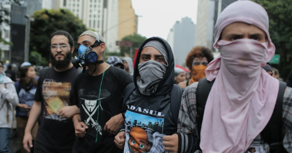 14.jan.2016 - Manifestantes com rostos cobertos caminham de braços dados durante ato do MPL (Movimento Passe Livre) contra o aumento da tarifa do transporte público em São Paulo, no centro de São Paulo