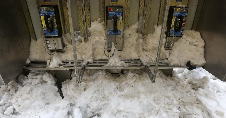 25.jan.2016 - Cabine telefônica ainda está tomada pela neve em Times Square, Manhattan, NY, por causa da nevasca que atingiu os EUA