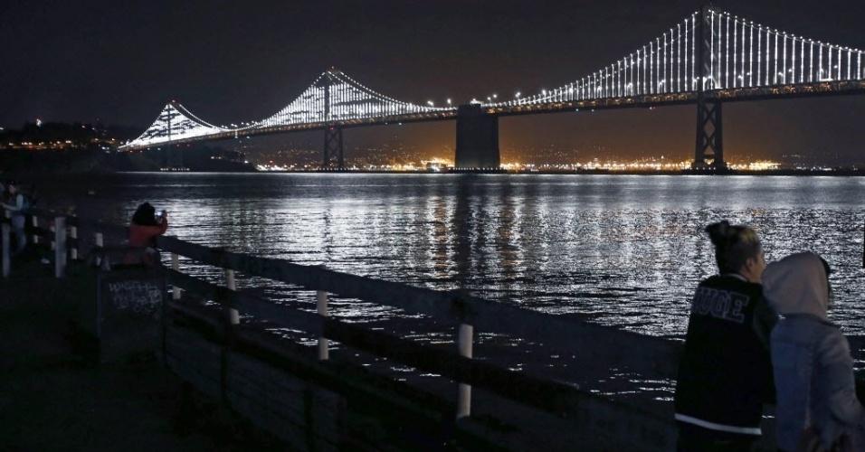 31.jan.2016 - Ponte São Francisco é iluminada na noite de sábado (30), na Califórnia (EUA). As luzes ficarão acesas do anoitecer ao amanhecer todos os dias, após o artista Leo Villareal redesenhar para a ponte novas lâmpadas de LED que duram mais tempo