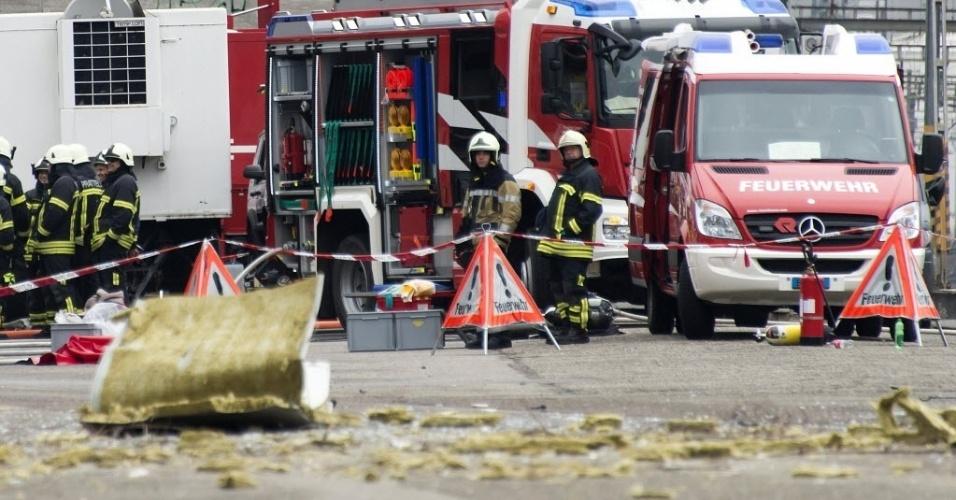 16.fev.2016 - Equipe do serviço de emergência trabalham no local de uma explosão em Basileia, na Suíça. Pelo menos duas pessoas ficaram feridas na explosão cujas causas ainda são desconhecidas
