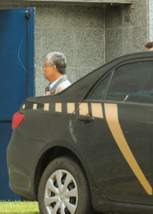 O presidente do Instituto Lula, Paulo Okamotto, chega à sede da Polícia Federal