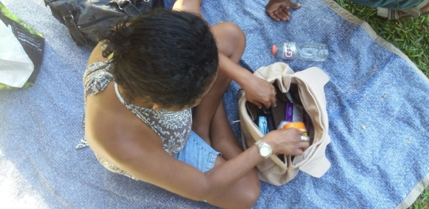 Moradora de rua recebe bolsa com produtos de higiene no Dia Internacional da Mulher em BH, Minas Gerais