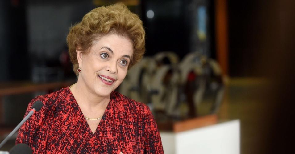 """16.mar.2016 - Na primeira entrevista à imprensa após o anúncio nomeação do ex-presidente Luiz Inácio Lula da Silva como ministro da Casa Civil, presidente Dilma Rousseff ressaltou o """"compromisso"""" de Lula com o equilíbrio fiscal e o controle da inflação. Ela também fez questão de destacar que Lula seguirá investigado e que a nomeação não afeta os rumos da Operação Lava Jato"""