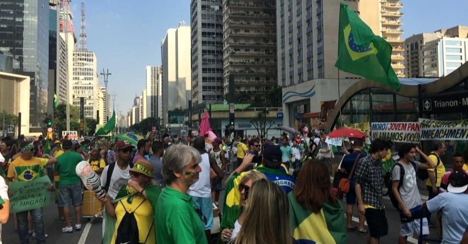 19.mar.2016 - Manifestantes contra o governo chegaram a ocupar um dos sentidos da avenida Paulista na tarde deste sábado (19) diante do prédio da Fiesp (Federação das Indústrias do Estado de SP). A polícia impediu o bloqueio da via e deslocou os manifestantes para a calçada