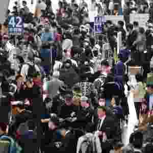 22.mar.2016 - Terminal do aeroporto de Haneda, em Tóquio, fica lotado de passageiros tentando fazer check in ou comprar tickets. Uma falha eletrônica fez com que a companhia All Nippon Airways cancelasse mais de cem voos domésticos, afetando milhares de passageiros, de acordo com a companhia - Toru Yamanaka/AFP