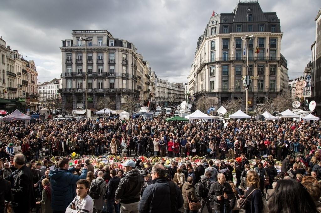 25.mar.2016 - Mais de mil pessoas se reúnem na praça la Bourse, em Bruxelas, para prestar homenagem às vítimas do atentado terrorista que matou mais de 30 pessoas com explosões no metrô e aeroporto da cidade