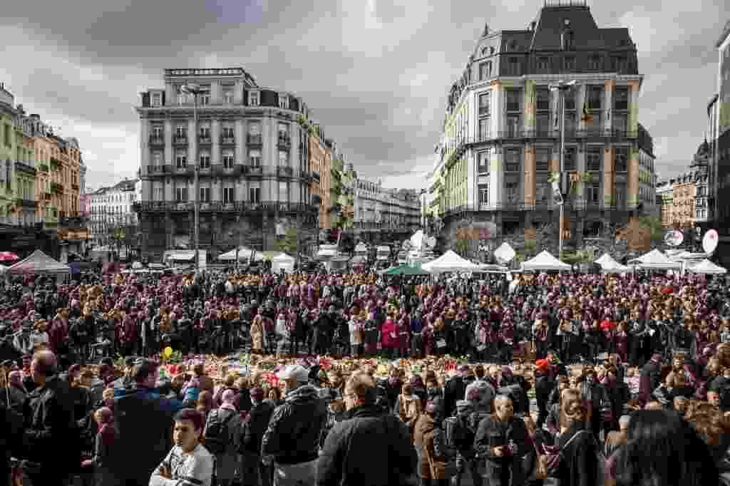 25.mar.2016 - Belgas se reúnem na praça la Bourse, em Bruxelas, para prestar homenagem às vítimas do atentado terrorista que matou mais de 30 pessoas com explosões no metrô e aeroporto da cidade - Aurore Belot/ AFP