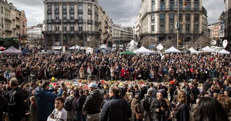 25.mar.2016 - Belgas se reúnem na praça la Bourse, em Bruxelas, para prestar homenagem às vítimas do atentado terrorista que matou mais de 30 pessoas com explosões no metrô e aeroporto da cidade
