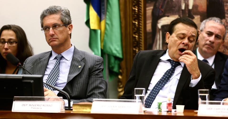 8.abr.2016 - O presidente da Comissão Especial do Impeachment da Câmara dos Deputados, deputado Rogério Rosso (PSD-DF), à esquerda, e o relator do processo, Jovair Arantes (PTB-GO), assistem na noite desta sexta-feira (8), cerca de 6 horas após o início, ao debate do parecer de Arantes favorável a continuidade do processo que pede o afastamento da presidente Dilma Rousseff
