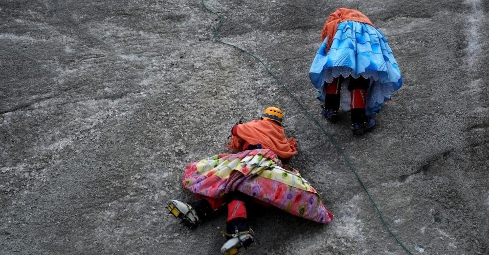 21.abr.2016 - As indígenas escalam os montes em trajes tradicionais boliviano ? cholitas -, mas em vez do famoso chapéu-coco usado por elas, elas investem em capacetes e não abrem mão de modernos equipamentos de segurança