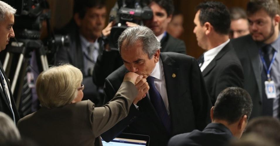 26.abr.2016 - O senador Raimundo Lira (PMDB-PB) cumprimenta a senadora Ana Amélia (PP-RS) antes do início da comissão especial do impeachment no Senado, em Brasília (DF)