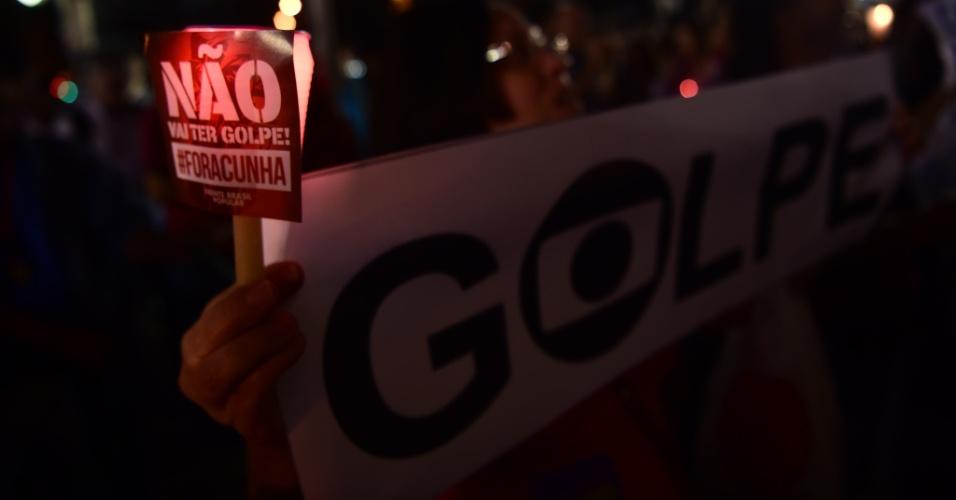 10.mai.2016 - Manifestantes acendem velas e erguem cartazes durante protesto contra o impeachment na presidente Dilma Rousseff, no Rio de Janeiro. Os senadores vão votar nesta quarta-feira a admissão do processo no Senado Federal